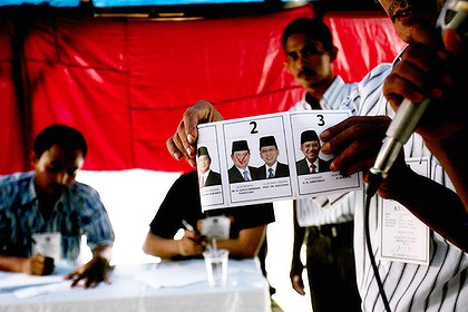 An Indonesian official shows a ballot paper to observers. Photo: Getty Images