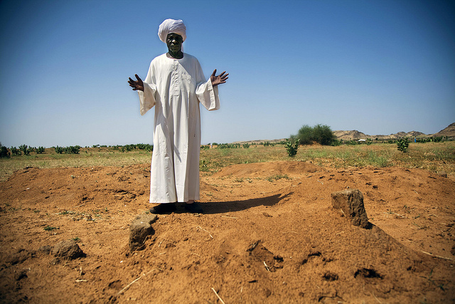 Newly displaced Sudanese leader pays respects to 47 people killed in Taraba, North Darfur (image: Flickr/UN Photo/Albert Gonzalez Farran)