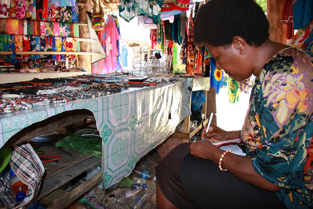 Pacific Women in Private Sector Development, Port Vila handicraft seller totals a bill, 2009 (Flickr/DFAT/AusAID CC BY 2.0)