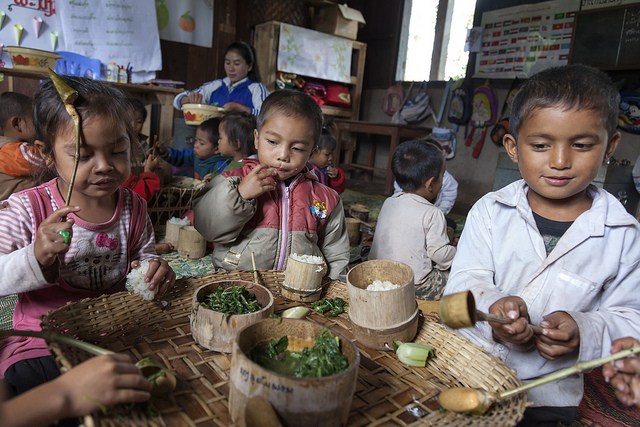 Laos: nutritious meals are bringing more children to school (Flickr/World Bank/Bart Verweij CC BY-NC-ND 2.0)