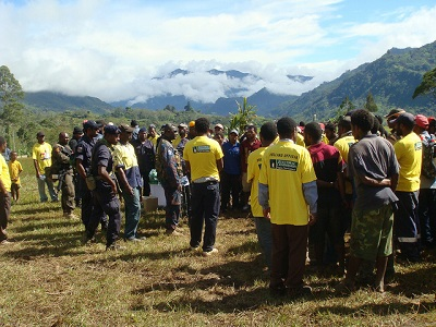 Voters and polling officials at a field in Highlands PNG (Flickr/Commonwealth Secretariat CC BY-NC-ND 2.0)