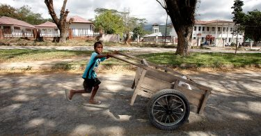 Boy pushes a cart on the streets of Talimoro, Dili, Timor-Leste (Asian Development Bank/Flickr/CC BY-NC-ND 2.0)