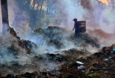 A girl searches for recyclable materials in a garbage dump, Mandalay city, Myanmar (UNDP/Flickr/CC BY-NC-ND 2.0)
