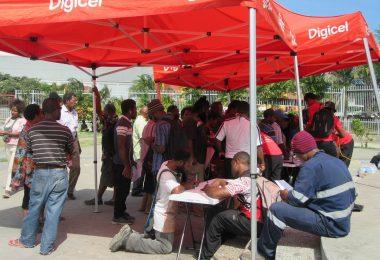 Digicel customers registering their SIM cards, 31 July 2018 (Credit: Amanda H A Watson)