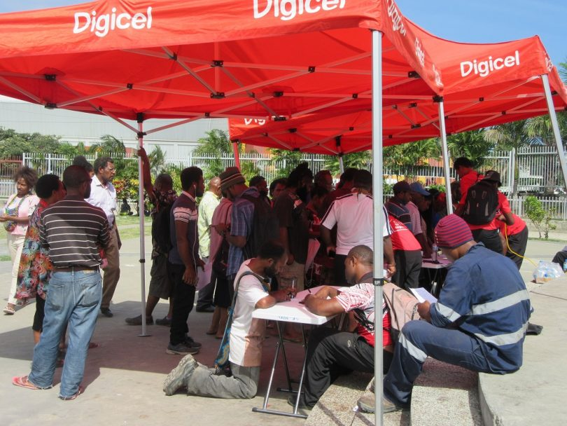 Digicel customers registering their SIM cards, 31 July 2018 (Credit: Amanda H A Watson)