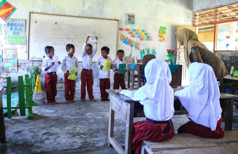 Ibu Nurdiana, a teacher involved in the INOVASI Bima pilot, teaches strategies for language and learning in the classroom (Credit: INOVASI)