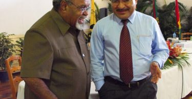 Former PNG PM Michael Somare (left) with current PM Peter O'Neill (right) (Credit: PNG Blogs)